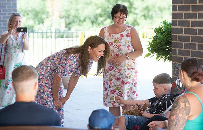 Kate trò chuyện với Sonny Pope-Saunders, cậu bé 6 tuổi có khối u não hiếm gặp, hiện sống ở trung tâm.