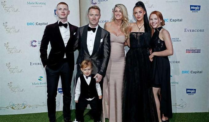 Ronan Keating bên vợ thứ hai và các con trên thảm đỏ năm ngoái. Missy đứng thứ hai từ phải sang.