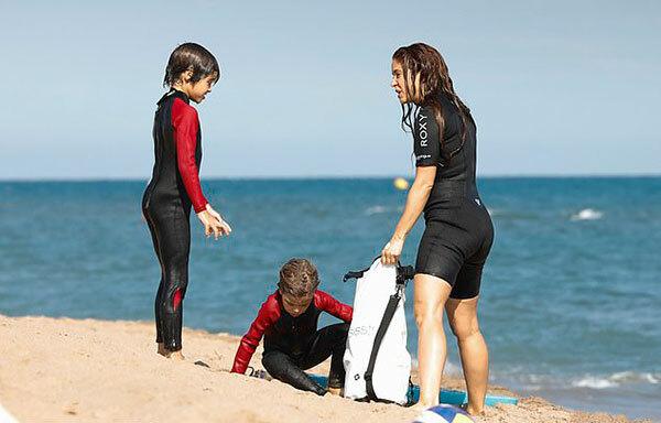 Người đẹp 43 tuổi và hai con tận hưởng một ngày vui chơi trên biển, thư giãn sau vài tháng phải ở nhà.