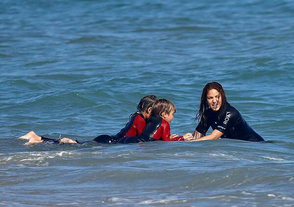 Trong khi Shakira và hai con đi biển, Pique cùng các đồng đội chuẩn bị cho trận gặp Celta Vigo tối 27/6.