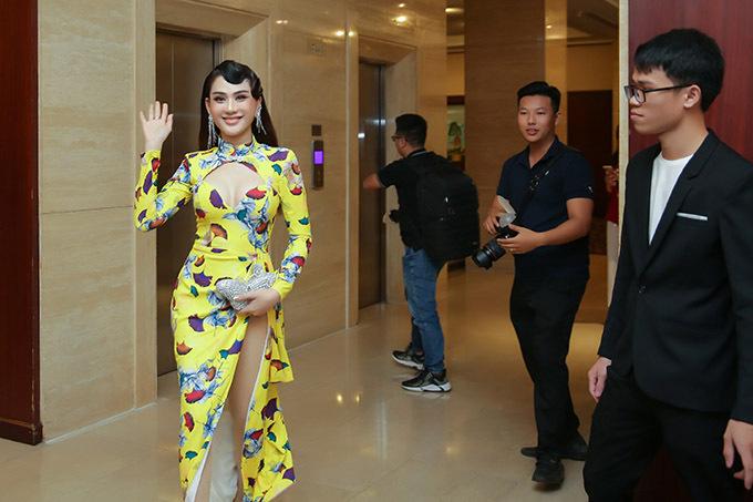 Lâm Khánh Chi rạng rỡ tới buổi họp báo công bố cuộc thi nhan sắc mà cô làm trưởng ban giám khảo.