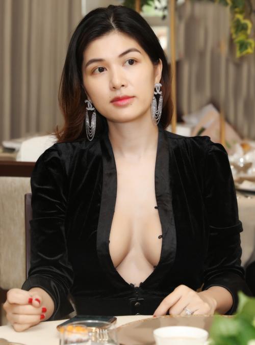 Oanh Yến trốn 6 con dự sự kiện của Diệu Hân. Cô mặc váy nhung đen mở cúc lộ vòng một căng đầy do đang ở thời kỳ cho con bú. Con út của người đẹp mới được gần 3 tháng tuổi.