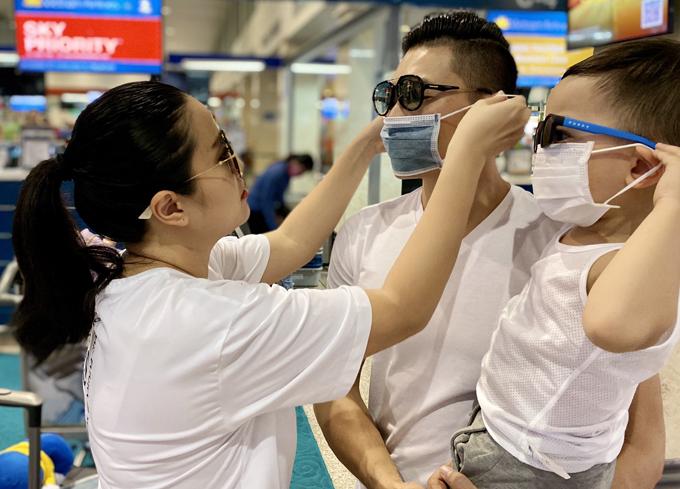 Hồng Phượng ân cần đeo khẩu trang cho chồng ở sân bay. Cô dặn Quốc Cơ giữ gìn sức khỏe và chăm sóc tốt cho con trai vì đây là lần đầu bé đi xa mà không có mẹ bên cạnh.