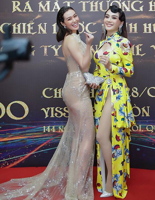 Diễn viên Khánh My rất vui khi hội ngộ đàn chị. Cả hai vui vẻ đọ dáng, chụp ảnh kỷ niệm.