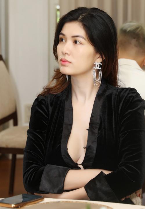 Oanh Yến đã trở lại với công việc kinh doanh sau vài tháng ở cữ chăm con trai. Cô mở spa và phụ giúp công việc cho ông xã.