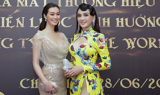 Khánh My sexy với váy dạ hội xuyên thấu còn Lâm Khánh Chi mặc quần tất bên trong bộ cánh mát mẻ.