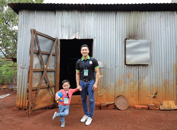 Hai bố con Quốc Cơ thăm xã Ia Grăng, huyện La Grai của tỉnh Gia Lai. Cuộc sống của người dân ở đây còn nhiều khó khăn. Họ sống trong những căn nhà tôn tuềnh toàng.