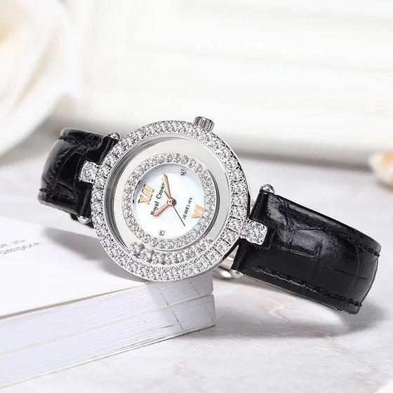 Đồng hồ nữ chính hãng Royal Crown 3628 dây da đen giảm 50% còn 899.000 đồng; chế tác thủ công với đường kính 32 mm. Đá đính trên vỏ và dây đồng hồ là đá CZ- Zirconia với độ cứng 8- 8,5. Độ chống nước 30M là trong điều kiện tiêu chuẩn. Trong điều kiện sử dụng bình thường cho phép đi mưa, rửa tay.