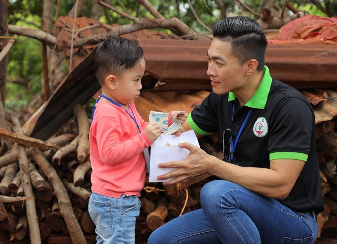 Trước đó bé được bố mẹ cho đập heo đất gom tiền mang tặng các bạn nhỏ ở Gia Lai.