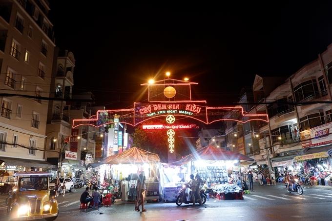 Chợ đêm Ninh Kiều nằm đối diện với chợ Cần Thơ.