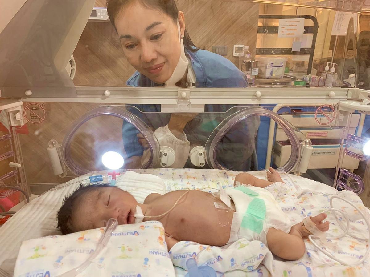 Hành trình bà trùm hoa hậu đưa con sinh non về nước giữa dịch - 2