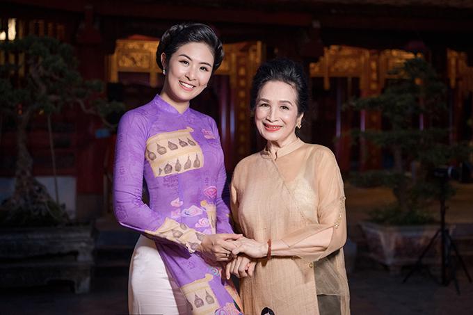 ... và NSND Trà Giang cũng mặc áo dài tham dự chương trình.