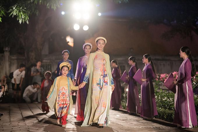 Ngọc Hân mang đến bộ sưu tập Nhã nhạc cung đình Huế với các mẫu áo dài dành cho cả người lớn và trẻ em. Bộ sưu tập tạo ấn tượng với khán giả khi đưa những bức tranh của hoạ sĩ Phạm Trinh lên trang phục truyền thống nhằm giới thiệu nét đẹp văn hoá của vùng cố đô.