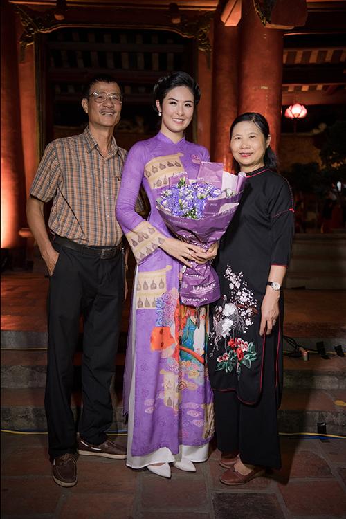 Ngọc Hân sinh ra trong một gia đình công chức tại Hà Nội. Từ nhỏ, cô đã được bố mẹ dạy tính khiêm nhường. Khi lớn lên và trở thành Hoa hậu Việt Nam, cô được nhiều người yêu mến bởi sự giản dị, thân thiện. Không chỉ ủng hộ về tinh thần, mẹ cô còn hỗ trợ con gái trong việc kinh doanh áo dài.