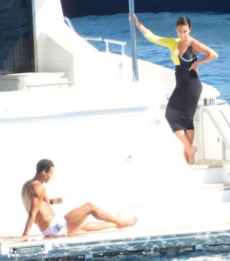 Chiều 28/6, C. Ronaldo và bạn gái được trông thấy tắm nắng, bơi lội trên du thuyền ở Portofino, Italy. Giới truyền thông Italy cho biết, chân sút Juventus dành trọn vẹn cuối tuần vui chơi trên biển.