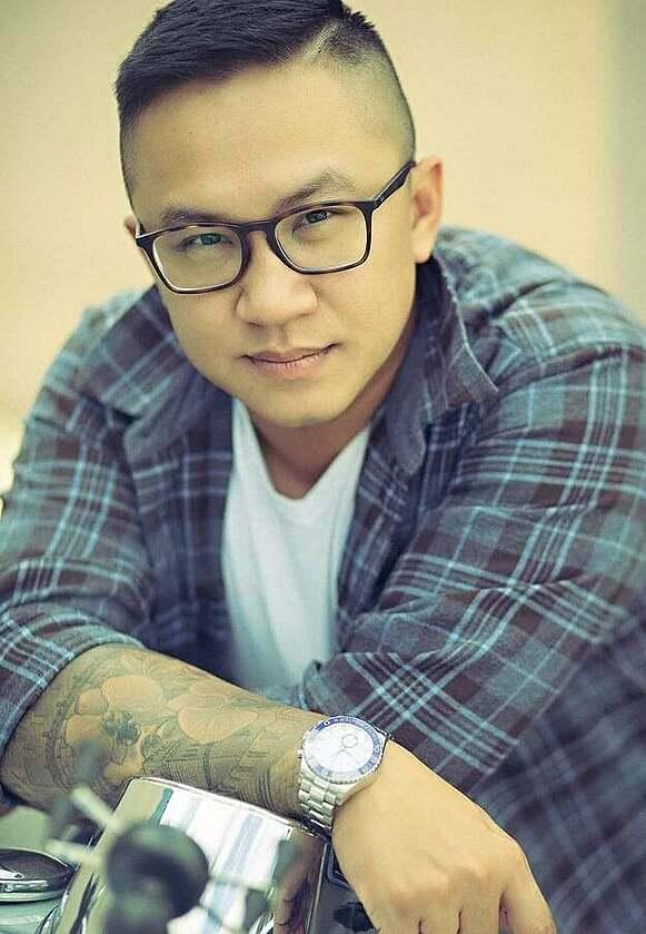 Aaron Nguyễn có 15 năm trong nghề tattoo, trở thành một nghệ nhân xăm mình với những sáng tạo đẹp mắt, tinh tế, đòi hỏi kỹ thuật cao. Đồng thời, trong 3 năm gần đây, anh còn phát triển thương hiệu mỹ phẩm bùn và khoáng chất từ biển chết cùng nhiều hoạt động kinh doanh khác.
