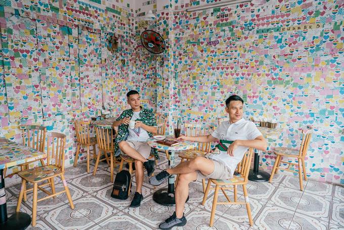 [Caption] Điểm dừng đầu tiên chính là quán cafe Note siêu dễ thương này đây. Nằm ngay trung tâm phố cổ luôn nha, đi qua bao nhiêu lần mà không biết có quán dễ thương vậy nên mãi lần này mới có được mấy tấm ảnh tại đây đó.  Một góc khác của quán Note nè, cả 4 tầng lầu phủ kín hàng triệu tấm note viết tay xinh xắn của toàn thể người mê cafe trên toàn thế giới đó.