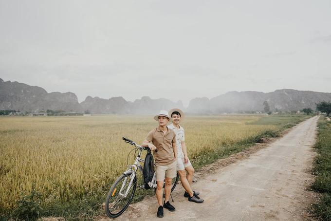 [Caption] Tạm biệt Yên Tử tụi mình ngồi xe khoảng 4 tiếng hơn để đến Ninh Bình. Nơi này tụi mình cũng đã từng đến nhiều lần rồi nhưng lần này tụi mình cố gắng đi ngay mùa lúa chín để được ngắm sắc vàng óng đẹp mê ly dưới ánh nắng hoàng hôn.Và quả thật cảnh đẹp không phụ lòng tụi mình một chút nào luôn. Xa xa còn những đám khói bay bay thơ mộng lắm. Tụi mình mượn hai chiếc xe của resort và đạp quanh khắp làng cả một buổi chiều luôn.