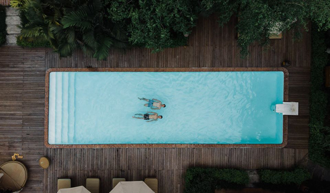 Điểm đặc biệt của resort này là có những khu làng có hồ bơi riêng, mà mùa này thì hồ bơi như là phao cứu cánh với thời tiết nóng như lò lửa vậy, nên tụi mình đi đâu cũng mong quay về để được ngâm mình trong hồ bơi như này hết đó.
