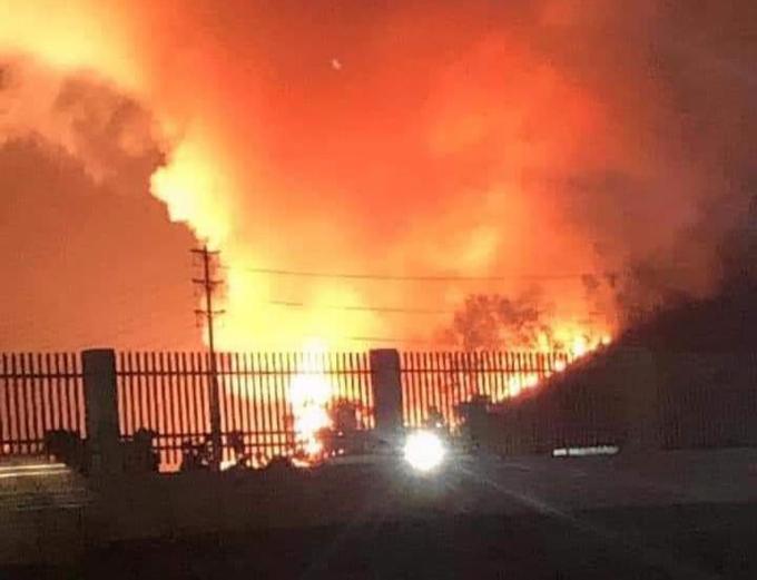 Đám cháy bùng phát dữ dội tại rừng keo trong khu vực doanh trại quân đội thị xã Phổ Yên tối 28/6.