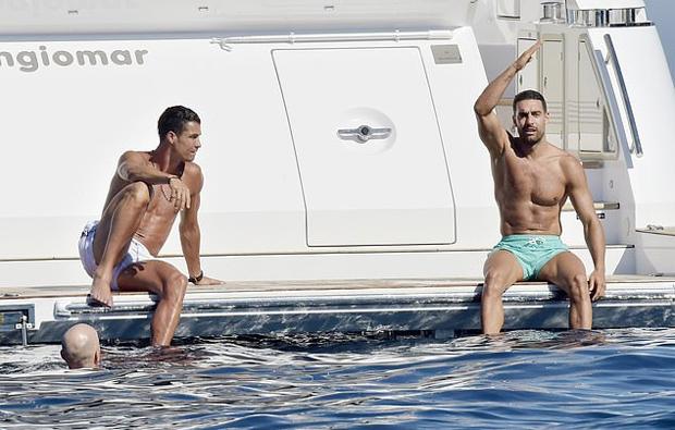 Bạn gái C. Ronaldo mặc một mất một còn đi biển - 16
