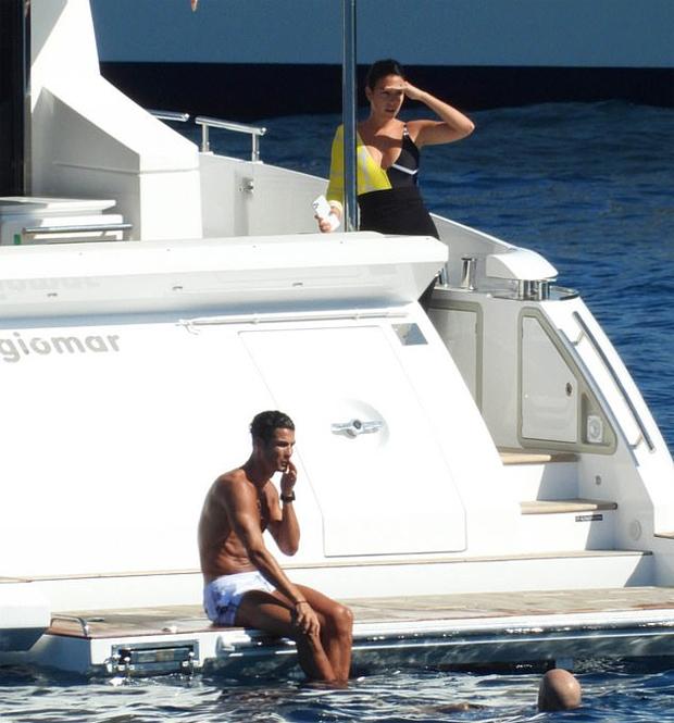 Bạn gái C. Ronaldo mặc một mất một còn đi biển - 8
