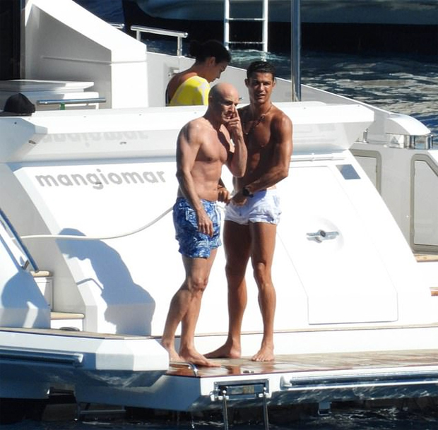 Bạn gái C. Ronaldo mặc một mất một còn đi biển - 12