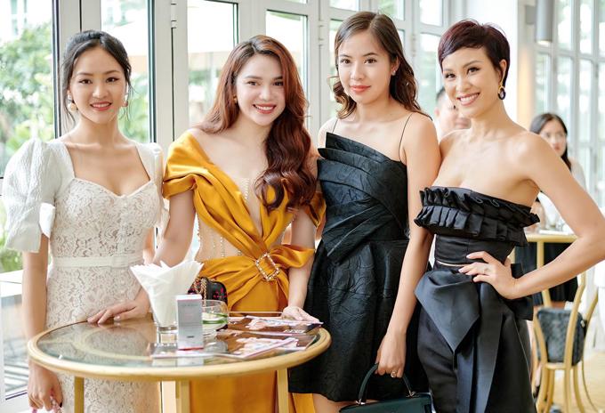 Người đẹp Phan Thị Lý (ngoài cùng bên trái) và Á hậu Thế giới người Việt 2010 Kiều Khanh (thứ hai từ phải qua) đã lâu mới xuất hiện. Cả hai đều đã lập gia đình và rút lui khỏi làng giải trí.