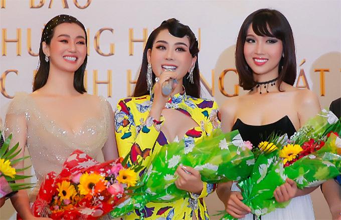 Hoa hậu chuyển giới Đỗ Nhật Hà (ngoài cùng bên phải) khoe vai trần ở sự kiện chiều 28/6.