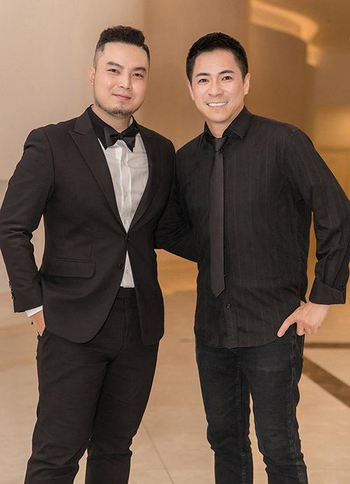 Trưởng đoàn tiếp viên - anh Lê Khoa (phải) vui vẻ chụp ảnh cùng nhà thiết kế Đức Vincie.