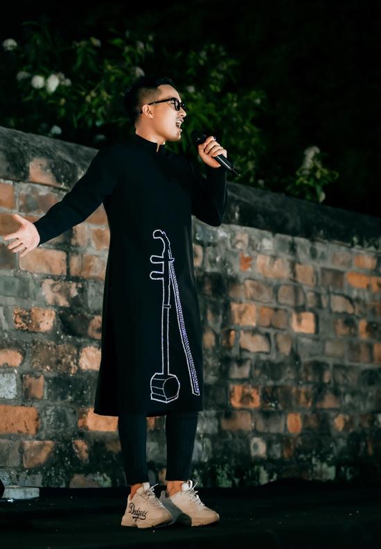 Không chỉ đưa bộ sưu tập đến với chương trình, Hà Duy còn thể hiện giọng hát qua ca khúc Một nét ca trù ngày xuân để dàn mẫu sải bước.