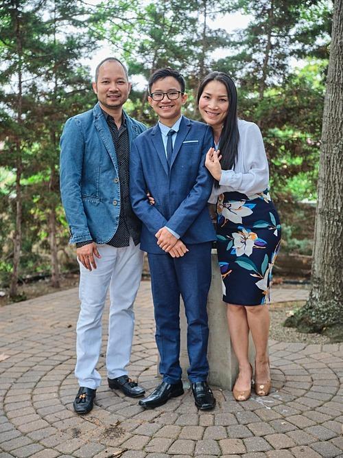 Vợ chồng ca sĩ Hồng Ngọc mừng con traiđược lãnh nhận bí tích thêm sức.