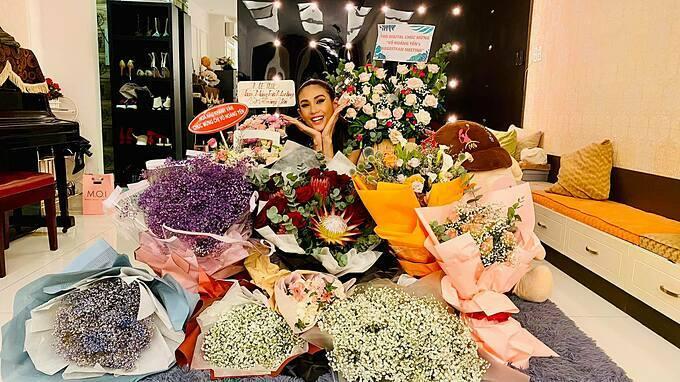 Siêu mẫu Võ Hoàng Yến hạnh phúc trước tình cảm của mọi người dịp fan meeting.
