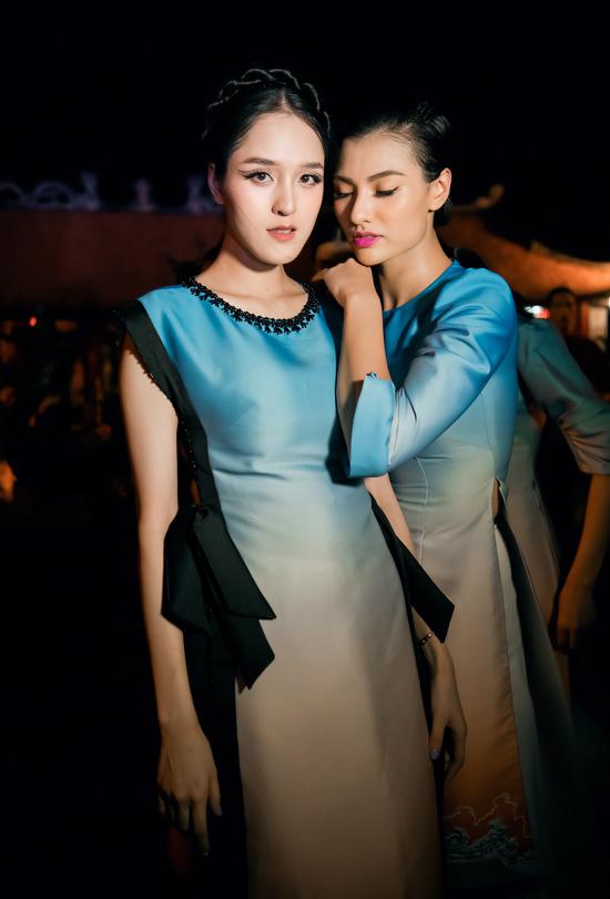 Bên cạnh Hoàng Anh, người mẫu Hồng Quế cũng tham gia diễn bộ sưu tập áo dài lấy cảm hứng từ nét đẹp ca trù của NTK Hà Duy.