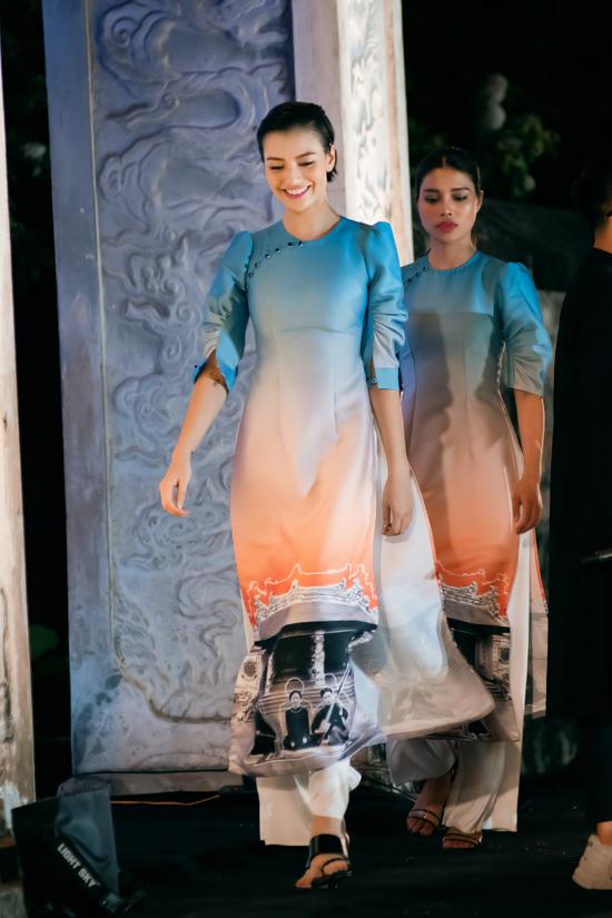 Loạt tác phẩm từng được Hà Duy trình làng cách đây không lâu tại Hội An. Đặc trưng của các mẫu áo dài lần này là chi tiết tay bồng cách điệu, kết hợp kỹ thuật đính kết tỉ mỉ và hiệu ứng chuyển màu độc đáo.
