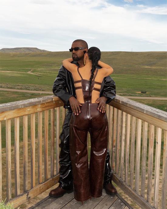 Kim Kardashian và Kanye West tình tứ trên ban công ngôi nhà ở Wyoming.