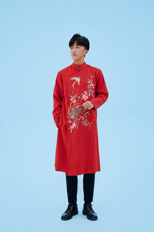 Áo dài nam có vạt lệch 3/7, phần cầu vai được dựng đứng dáng theo phom áo blazer. Điều này làm tăng sự rắn rỏi của chú rể.