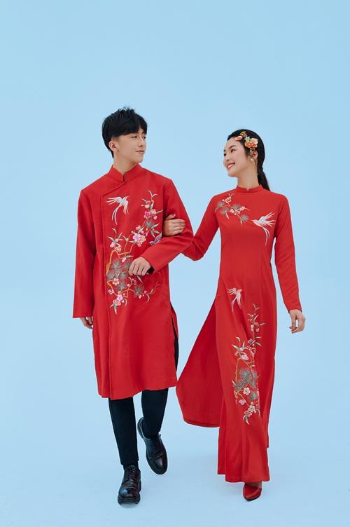 Cặp áo dài mô phỏng khu vườn hoa tình yêu với cánh chim bay lượn, ngụ ý về cặp uyên ương gắn bó, quấn quýt.