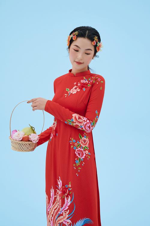 Mỗi áo dài cô dâu đều được Dương Nguyễn xử lý sắc màu kỹ lưỡng, giúp mang đến sự bay bổng cho từng thiết kế.