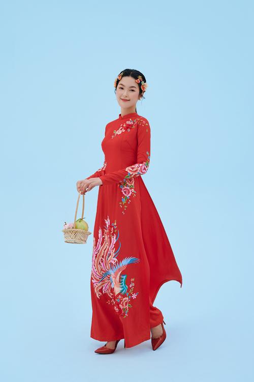 Trong tình yêu, phượng hoàng là biểu tượng hôn nhân, sự hòa hợp âm dương. Vì thế, áo dài đôi được thêu hình ảnh này thể hiện sự khăng khít, đồng điệu về mặt tâm hồn của uyên ương.