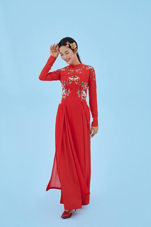 Họa tiết trang trí trên thân áo được bố trí đăng đối. Với các áo dài nữ, Dương Nguyễn dùng chất liệu gấm, lụa gấm và chiffon giúp từng bộ cánh thanh thoát.