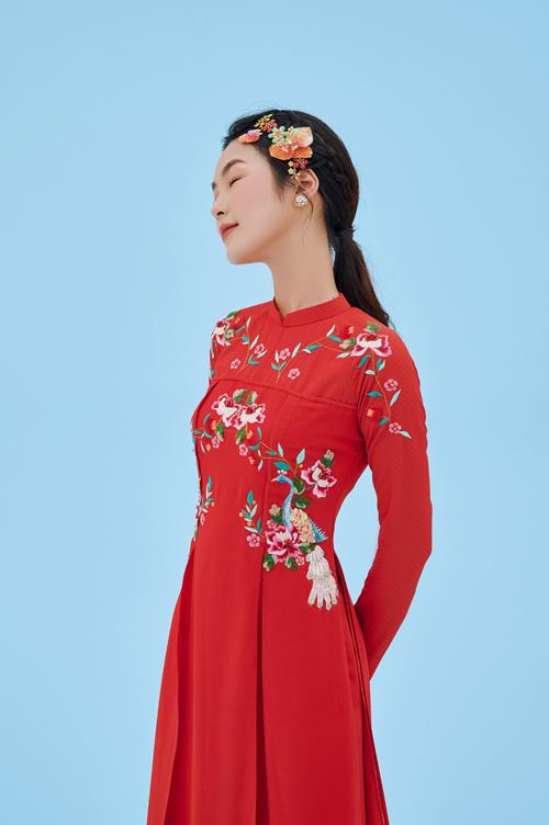 Họa tiết hoa hồng rực rỡ trên thân áo như đưa người xem vào một vườn hồng bung nở, ngợp tỏa sắc hương.
