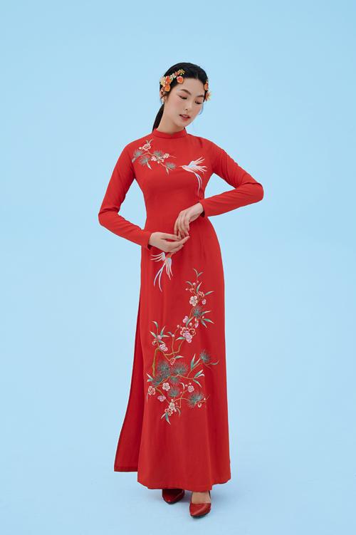 Họa tiết được bố trí theo hình chữ S, giúp kéo dài chiều cao cơ thể cô dâu và giúp vóc dáng thon gọn.