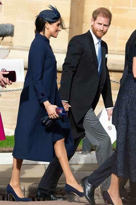 Meghan bị đồn có bầu khi mặc áo khoác rộng tới dự đám cưới Công chúa Eugenie hồi tháng 10/2018. Ảnh: Rex.