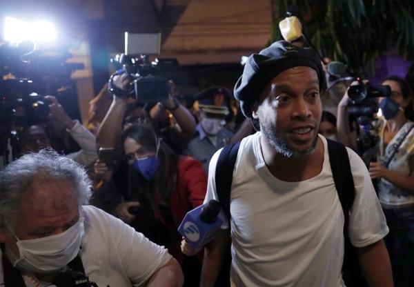 Ronaldinho bị bắt ở Paraguay vì dùng hộ chiếu giả hồi tháng 3. Ảnh: Sun.