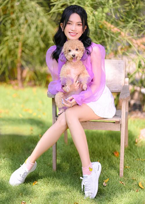 Nữ ca sĩ mặc trang phục ton-sur-ton tím chụp ảnh cùng cún Kitty.