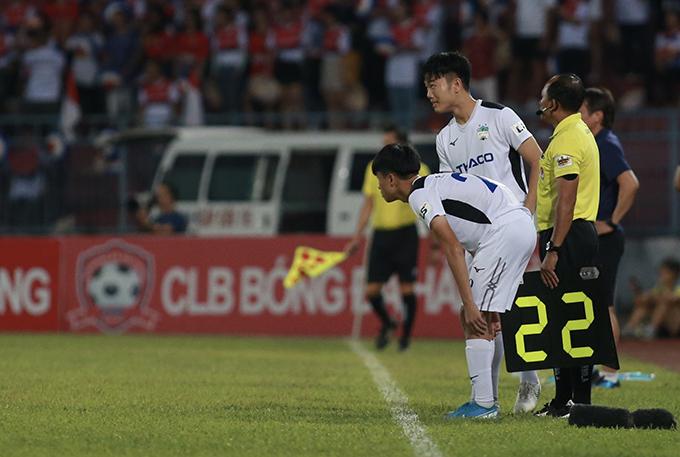 Cuối trận, Xuân Trường được yêu cầu khởi động để chuẩn bị vào sân thay người cùng Phan Thanh Hậu.