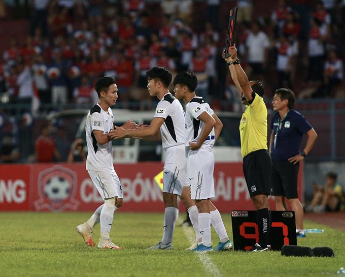 Anh được tung vào sân ở phút bù giờ cuối cùng thay Triệu Việt Hưng.