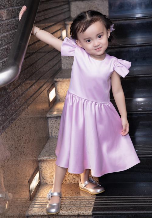 Bé Xu hơn 2 tuổi xinh xắn, thích ca hát giống mẹ.