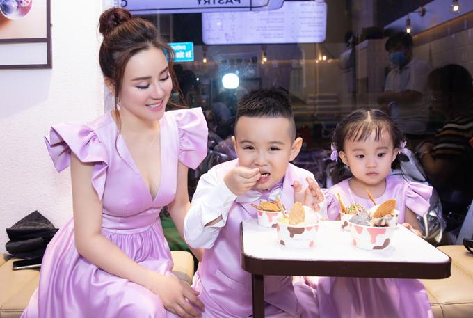 Sau chương trình Vy Oanh đưa các con đi ăn kem. Đây là phần thưởng cô hứa với con khi thuyết phục hai nhóc lên sân khấu cùng mẹ.